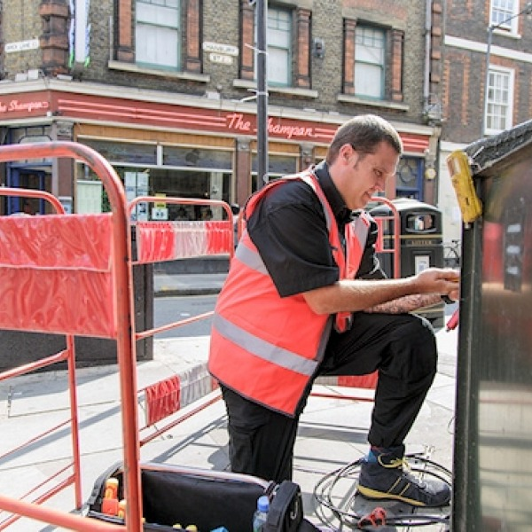 virgin_media_uk_street_cabinet_engineer_at_work