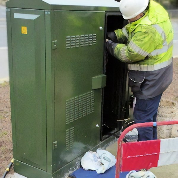 bt_openreach_engineer_at_fttc_cabinet