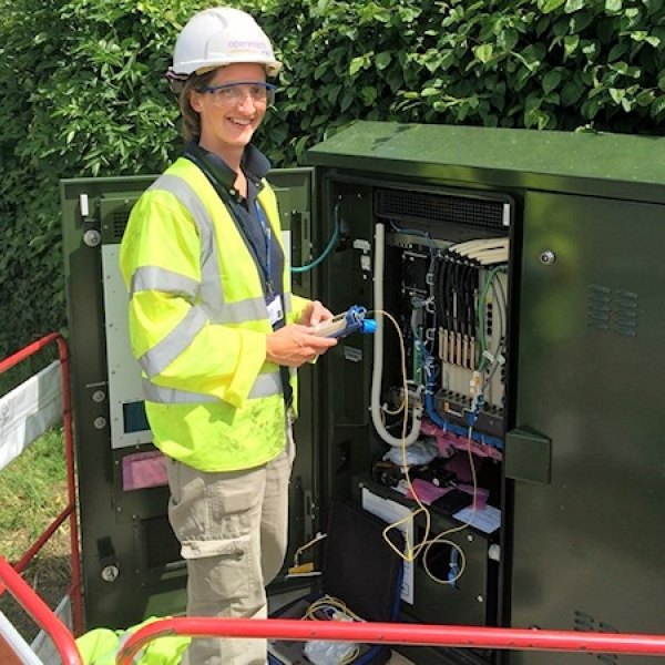 female_openreach_engineer_at_an_fttc_cabinet