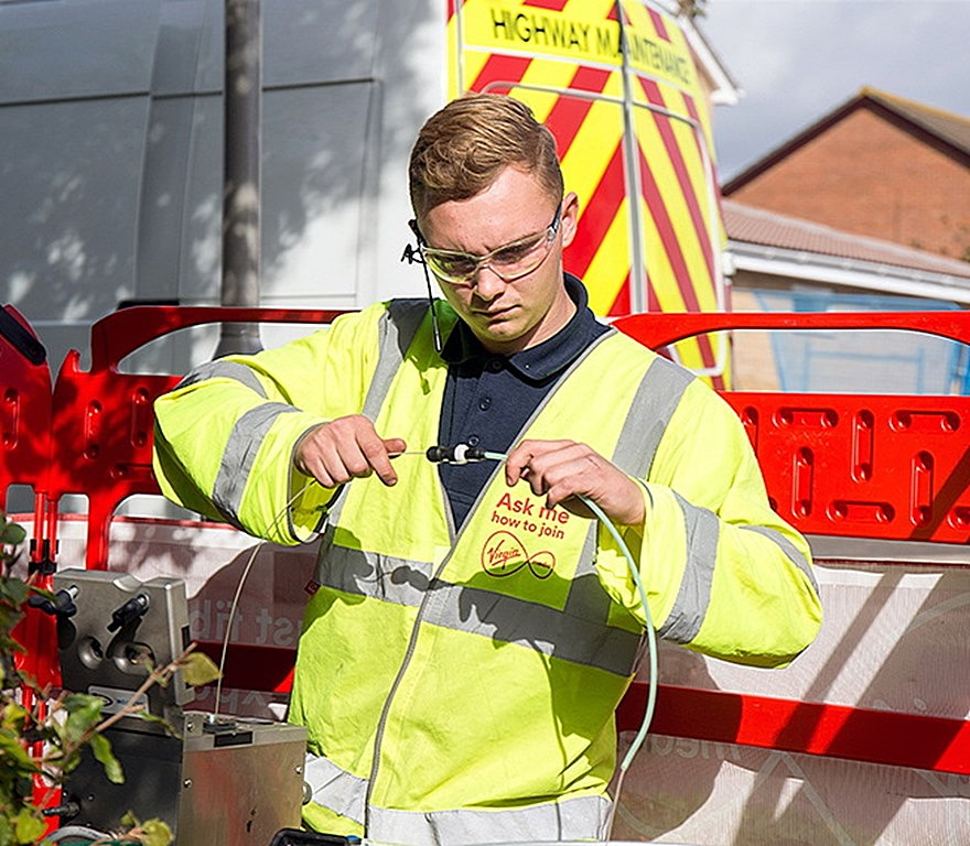 virgin media engineer connecting fibre optic cable