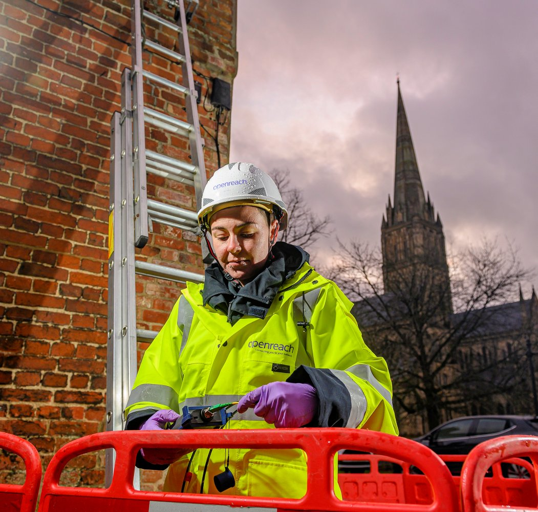 openreach_engineer_working_on_fibre_2020