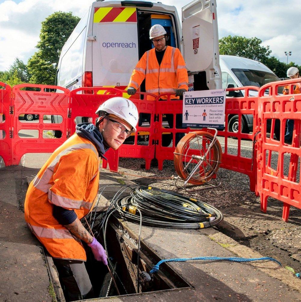 engineer in manhole openreach uk fttp 2020