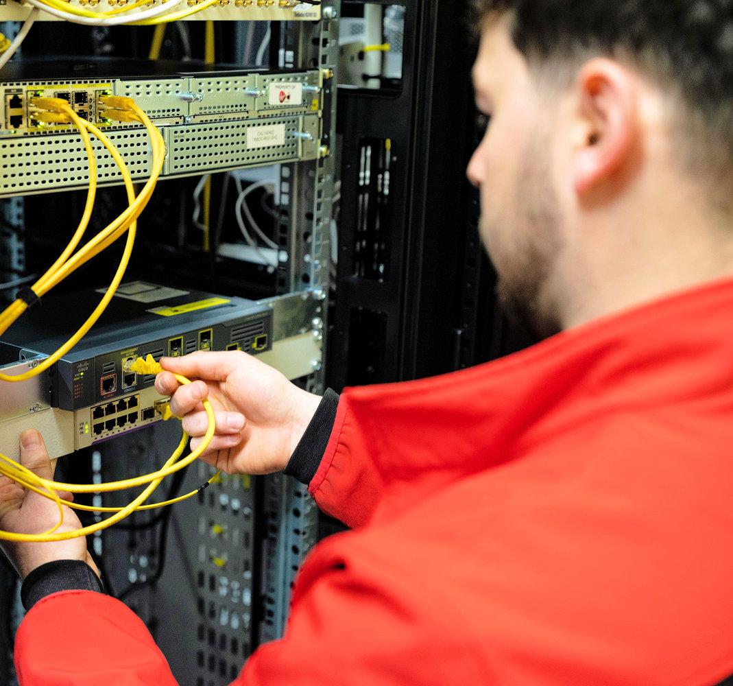 virgin-media-o2-network-engineer-at-work-2021