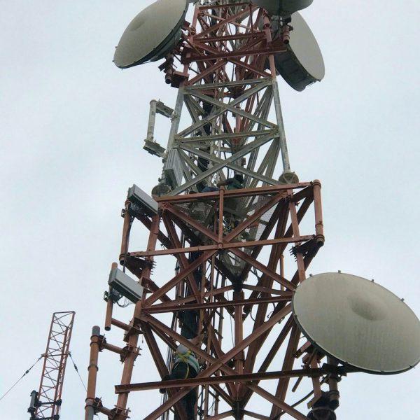 Curvalux-FWA-broadband-kit-on-mast
