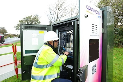 bt-openreach-fttc-cabinet-and-engineer