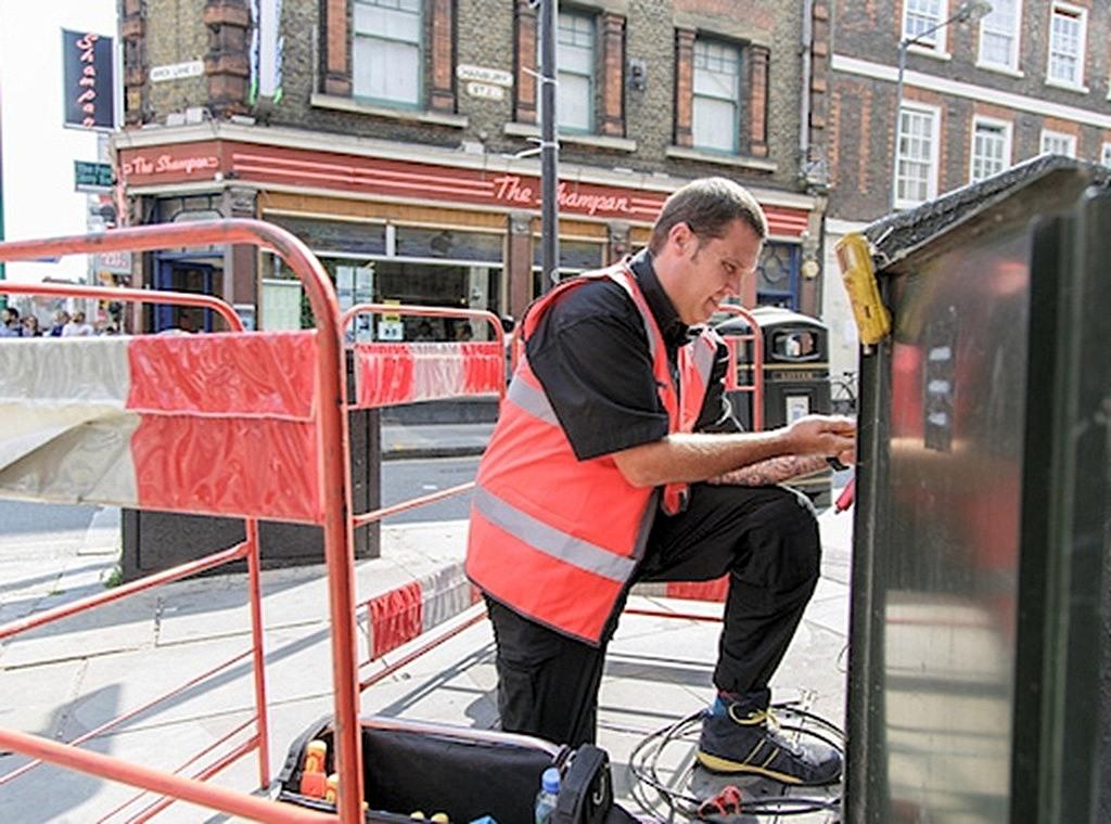 virgin_media_uk_street_cabinet_engineer_at_work